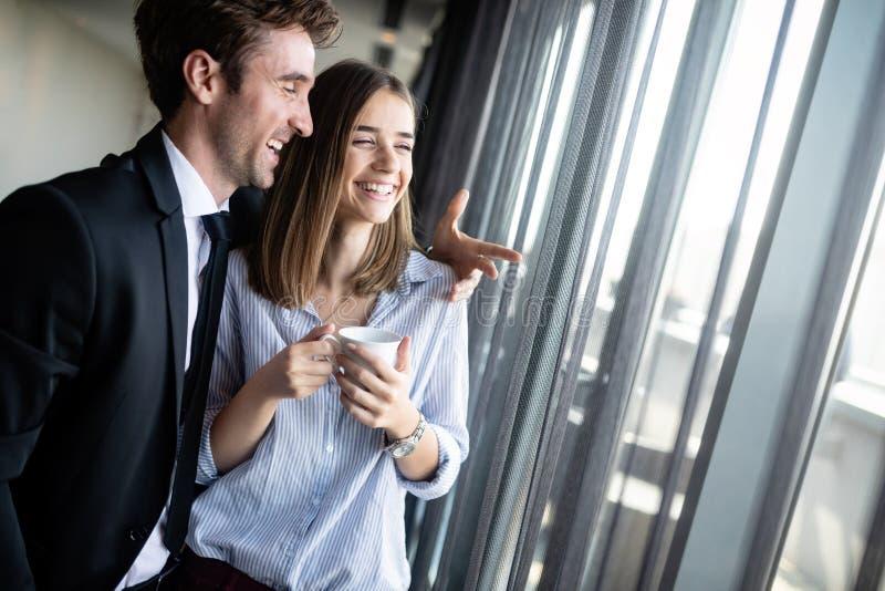 Los pares felices cariñosos jovenes se divierten que sonríe y que habla fotos de archivo libres de regalías