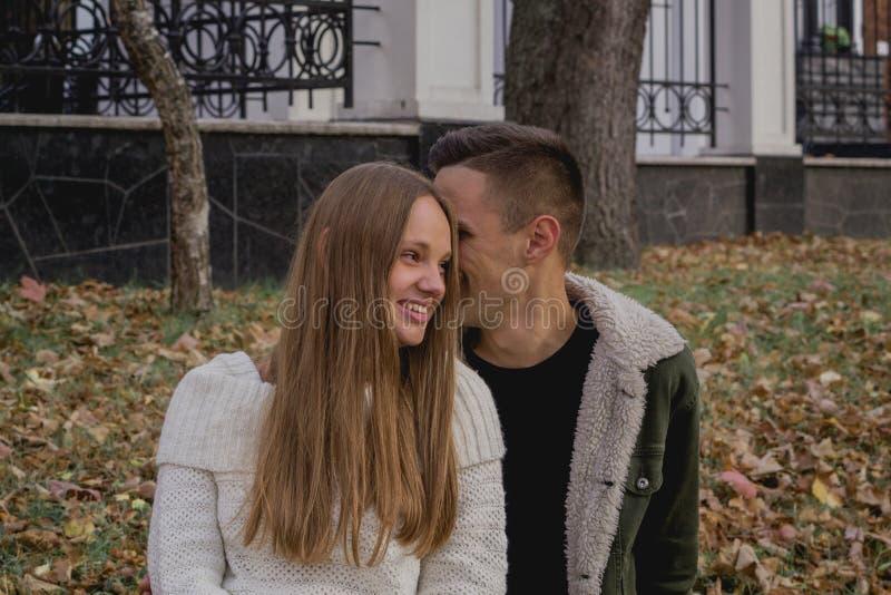 Los pares felices en el parque del otoño tienen un rato de la diversión Oto?o coloreado foto de archivo libre de regalías