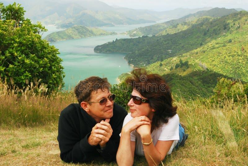 Los pares felices en una colina rematan sobre el sonido de Marlborough imagen de archivo libre de regalías