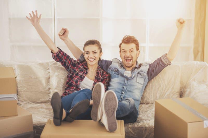 Los pares felices jovenes Mudanza, compra de la nueva habitación imagen de archivo libre de regalías