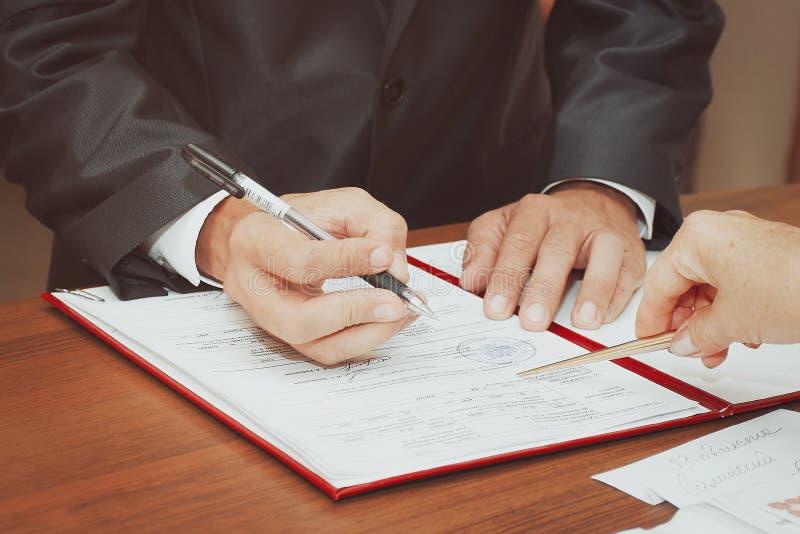 Los pares firmaron su primer documento fotografía de archivo