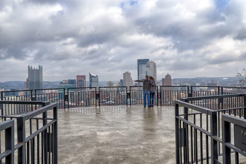 Los pares gozan de la vista de Pittsburgh Pennsylvania, los E.E.U.U. fotos de archivo libres de regalías