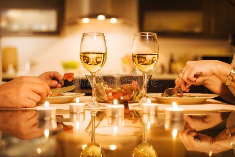 Los pares jovenes cenan romántico con el vino foto de archivo libre de regalías