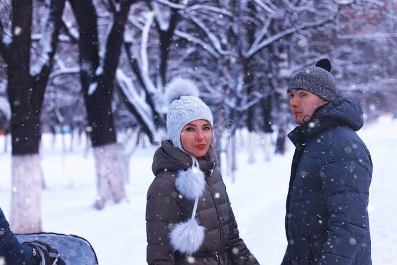 Los pares jovenes de amantes caminan en parque del invierno fotos de archivo libres de regalías