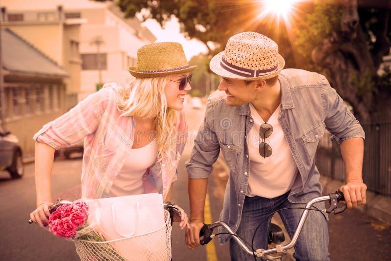 Los pares jovenes de la cadera que van para una bici montan libre illustration