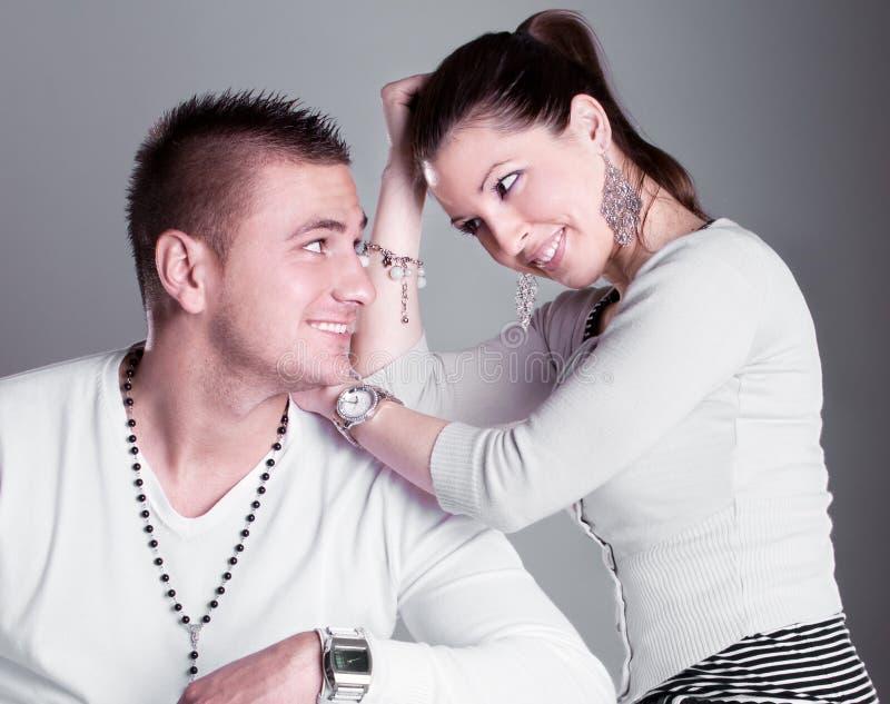 Los pares jovenes del amor tienen un romance fotos de archivo libres de regalías