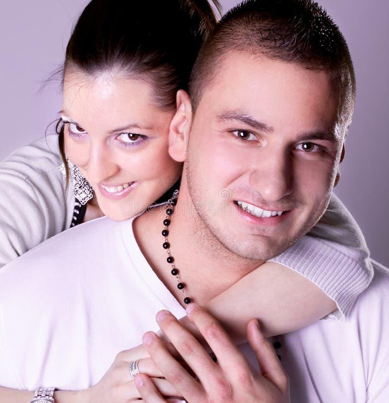 Los pares jovenes del amor tienen un romance foto de archivo