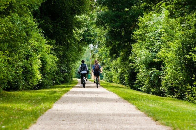 Los pares jovenes en una bici montan en el francés campo-horizontal fotos de archivo