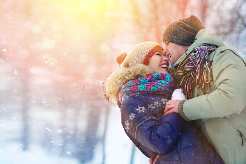 Los pares jovenes felices en invierno parquean la risa y divertirse Familia al aire libre imagen de archivo