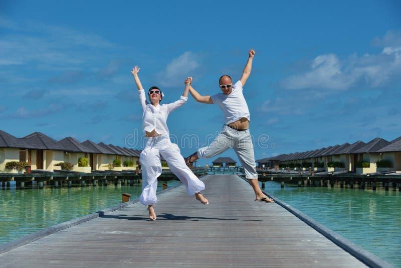 Los pares jovenes felices se divierten el verano foto de archivo