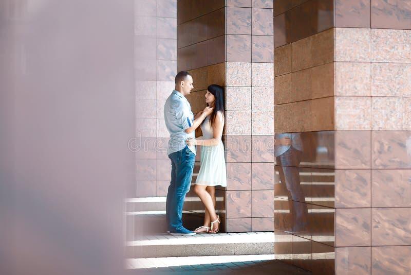 Los pares jovenes se admiran con la reflexión de los edificios de la ciudad, retrato de la risa feliz de la gente de los amantes foto de archivo