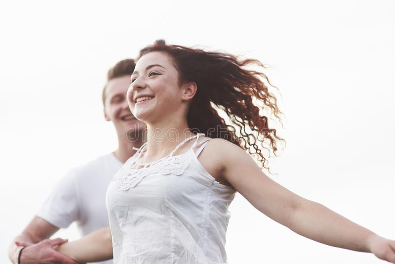Los pares jovenes se divierten en el verano fotografía de archivo