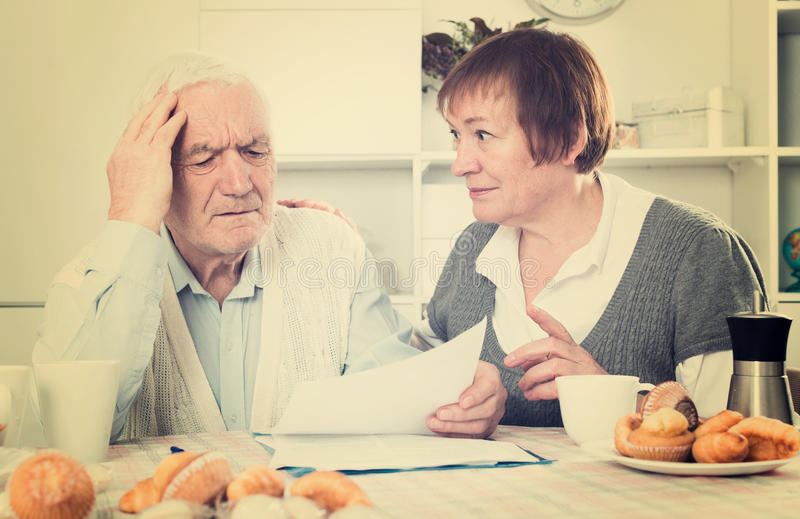 Los pares mayores consideran el contrato imagen de archivo libre de regalías