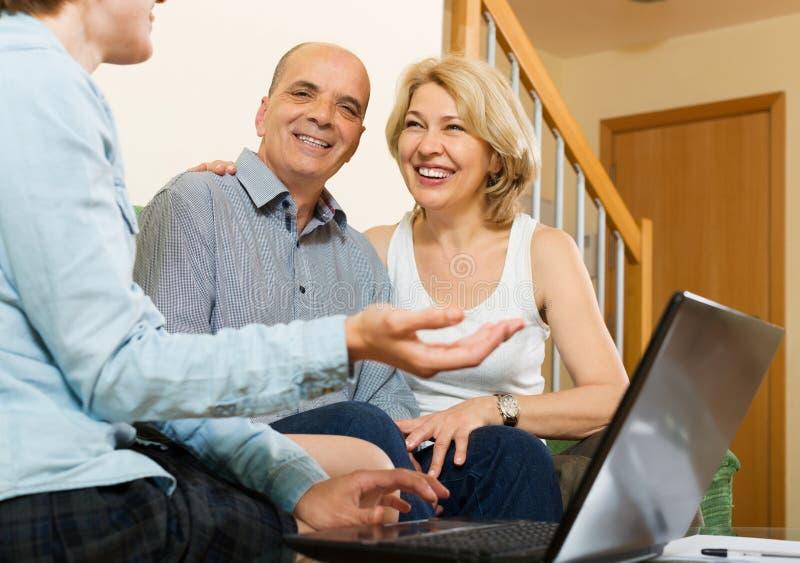 Los pares mayores contestan a cuestiones del asistente social foto de archivo