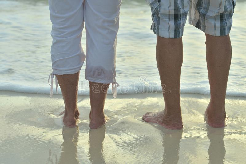 Los pares mayores descansan en el cierre tropical de la playa para arriba fotografía de archivo libre de regalías