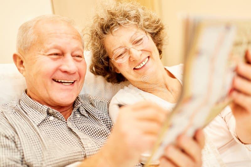 Los pares mayores disfrutan del entrenamiento de la memoria imagen de archivo libre de regalías