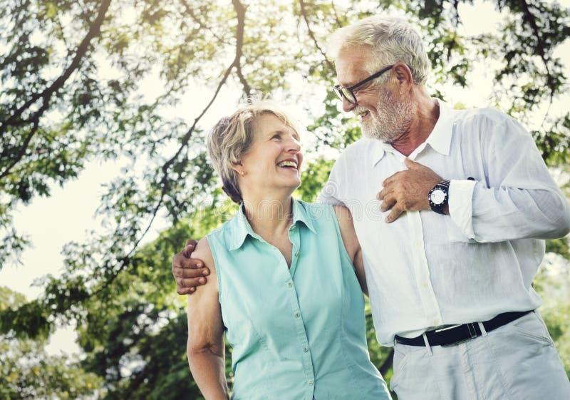 Los pares mayores relajan concepto de la forma de vida fotografía de archivo libre de regalías