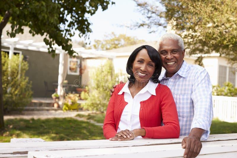Los pares negros mayores miran a la cámara fuera de su nueva casa fotos de archivo libres de regalías