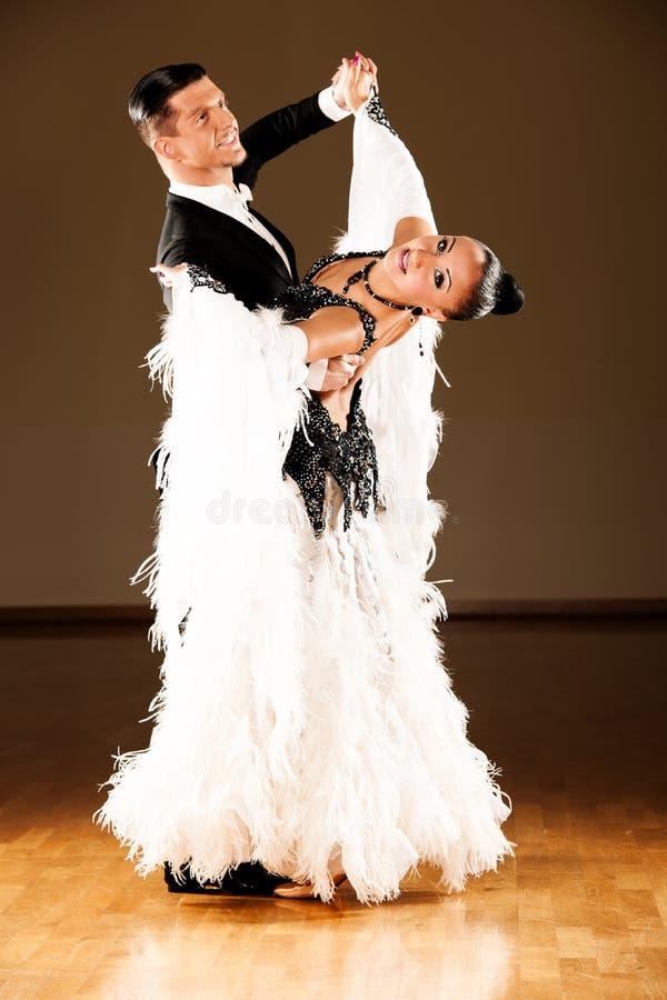Los pares profesionales de la danza de salón de baile preforman una danza de la exposición fotografía de archivo libre de regalías