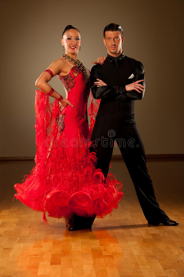 Los pares profesionales de la danza de salón de baile preforman una danza de la exposición fotos de archivo libres de regalías