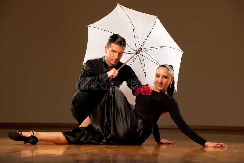 Los pares profesionales de la danza de salón de baile preforman una danza de la exposición imágenes de archivo libres de regalías