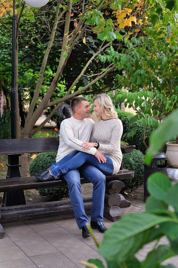 Los pares románticos en el amor que camina en el verano parquean imagen de archivo