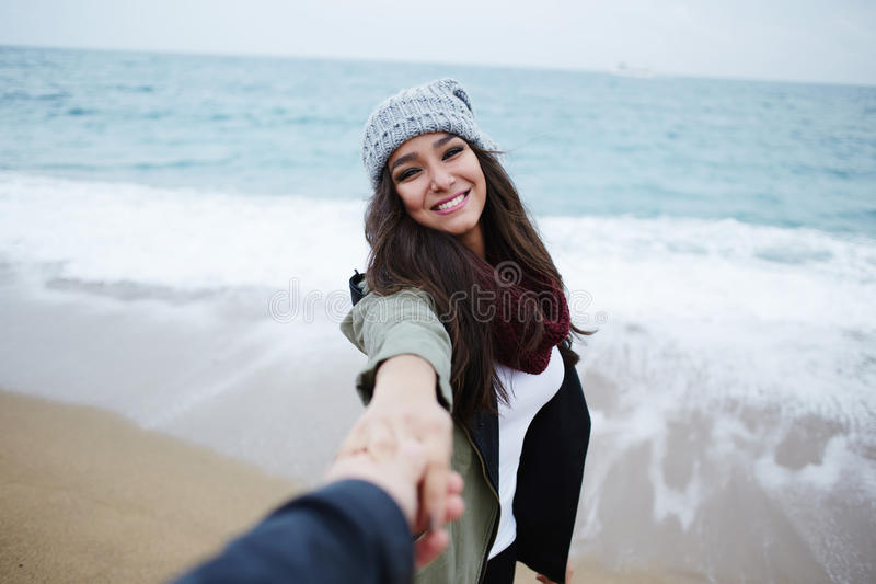 Los pares románticos en el paseo en la playa durante vacaciones viajan foto de archivo libre de regalías