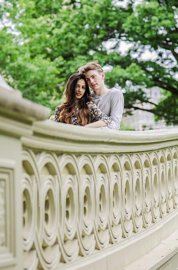 Los pares románticos en el puente del arco en Cetral parquean fotos de archivo