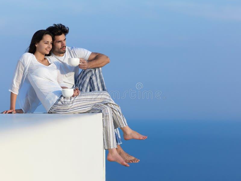 Los pares románticos jovenes felices hacen que el arelax de la diversión se relaje en casa foto de archivo libre de regalías