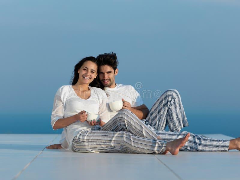 Los pares románticos jovenes felices hacen que el arelax de la diversión se relaje en casa foto de archivo