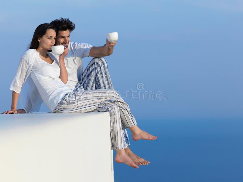 Los pares románticos jovenes felices hacen que el arelax de la diversión se relaje en casa fotografía de archivo libre de regalías