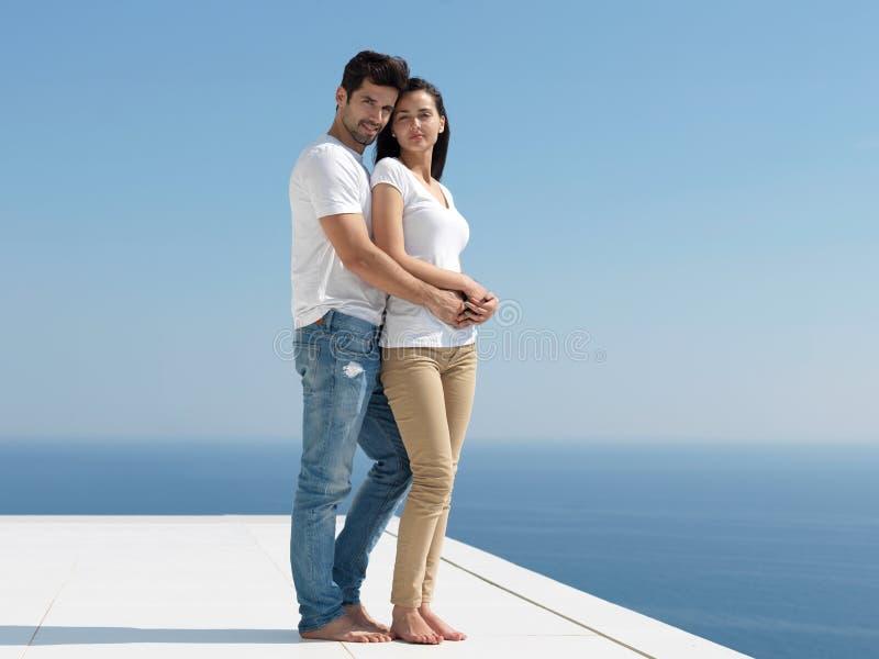 Los pares románticos jovenes felices hacen que el arelax de la diversión se relaje en casa imagen de archivo libre de regalías