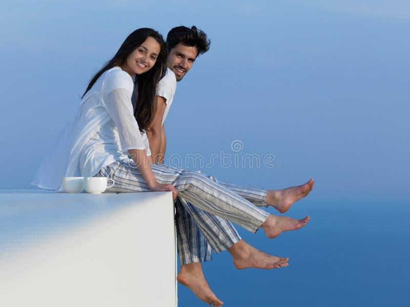 Los pares románticos jovenes felices hacen que el arelax de la diversión se relaje en casa imagenes de archivo