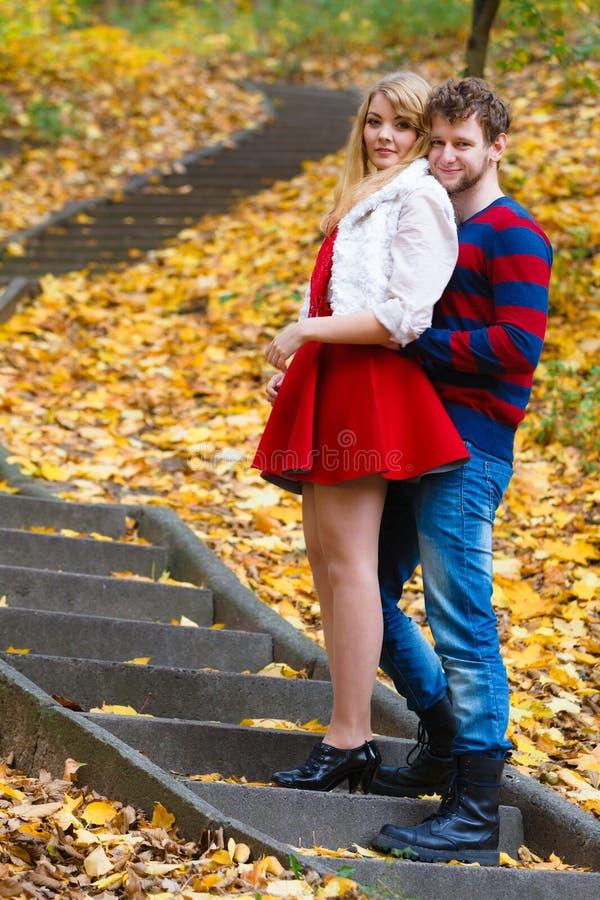 Los pares rom?nticos se encuentran en el parque que se coloca en las escaleras fotos de archivo libres de regalías