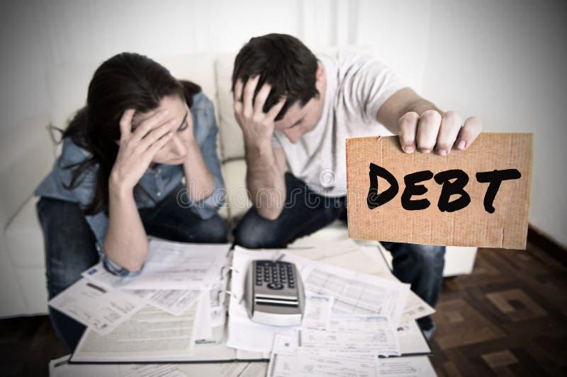 Los pares se preocuparon ayuda de la necesidad en costos y pagos de los papeles de banco de las cuentas de la deuda de la contabi fotografía de archivo