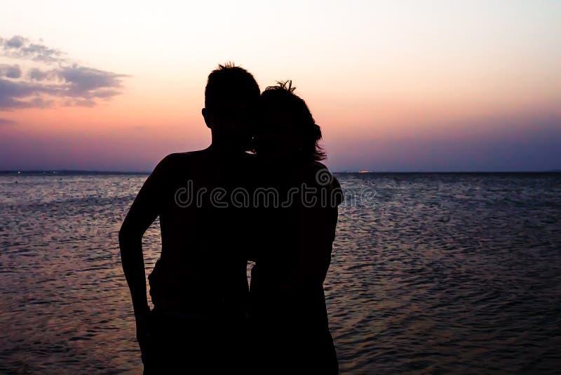 Los pares sirven y mujer en la playa fotos de archivo libres de regalías