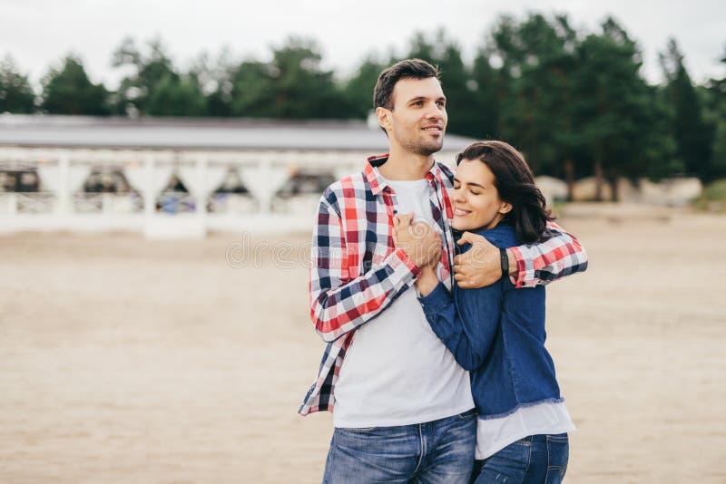 Los pares tienen paseo juntos fotos de archivo