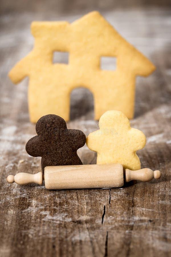 Los pares y la casa que forman las galletas y la pasta ruedan, intercu del concepto fotos de archivo libres de regalías