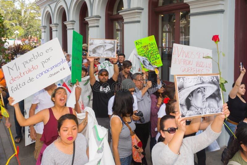 Los parientes de los estudiantes que desaparecieron en México embalaron el s fotos de archivo