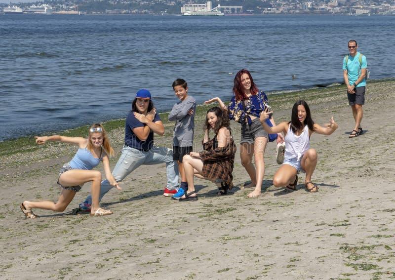 Los parientes jovenes pegan una actitud de la diversión el las vacaciones de familia, Alki Beach, Seattle Washington imagen de archivo libre de regalías