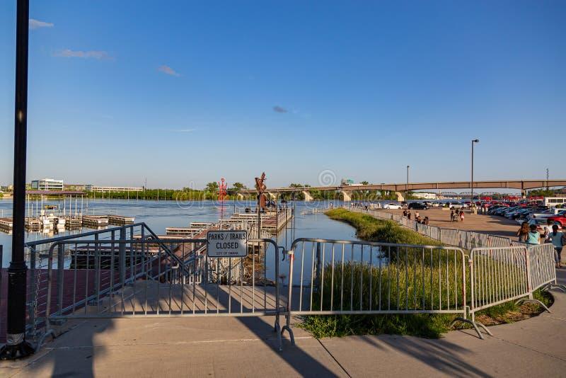 Los parques se cerraron El río Missouri hinchado en Omaha Nebraska Riverfront que inunda el parque de Lewis y de Clarke Landing imagenes de archivo