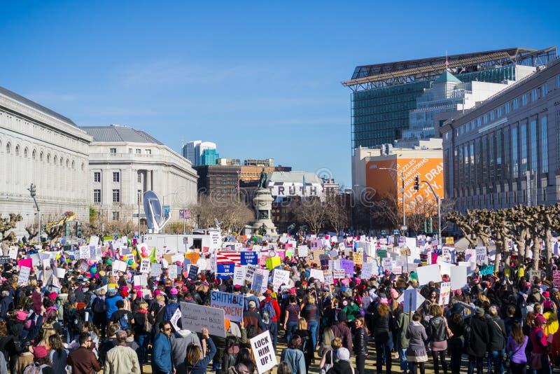 Los participantes en el ` s marzo de las mujeres salen de la ubicación de la reunión y comienzan a marchar fotos de archivo