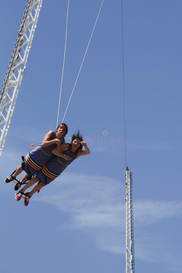 Los participantes no identificados durante salto bandy en el vuelo del paseo marítimo montan en Coney Island Luna Park fotografía de archivo libre de regalías