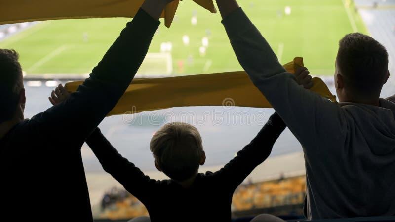 Los partidarios del fútbol del adulto y del niño aumentan las bufandas, accesorio para las fans verdaderas del club imagen de archivo