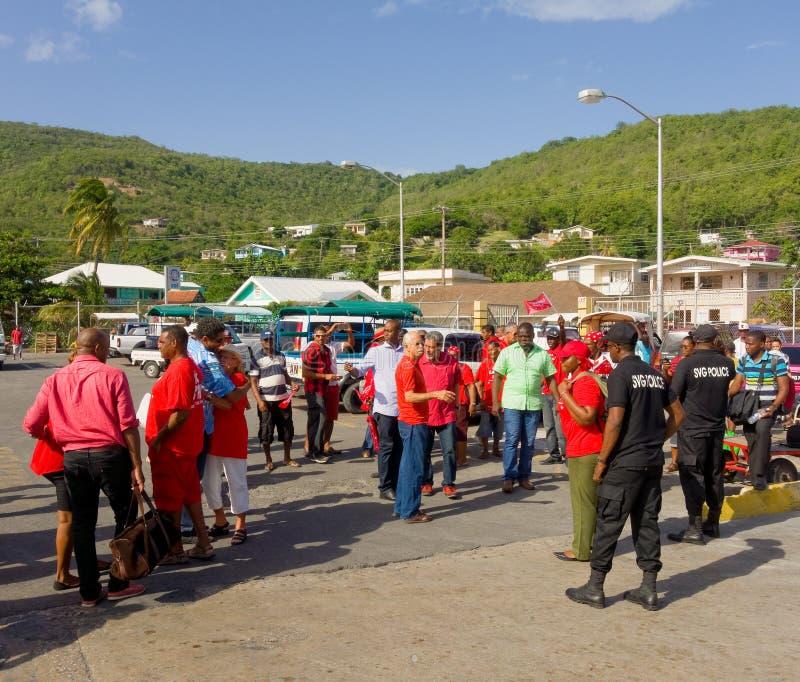 Los partidarios unidos del partido laborista que recolectan en Bequias balsean el embarcadero fotos de archivo libres de regalías