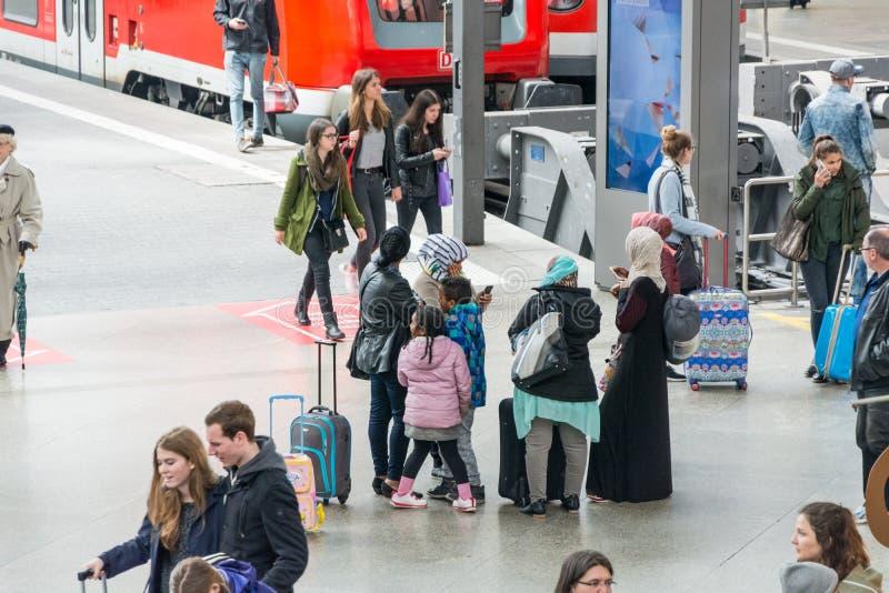 Los pasajeros apretaron en la plataforma de Hauptbahnhof, el rai principal imagen de archivo