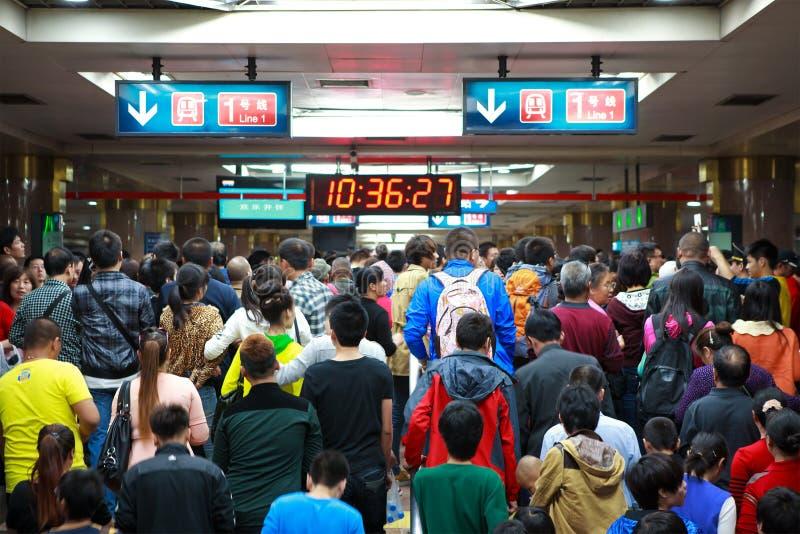 Los pasajeros aprietan una estación de metro fotografía de archivo libre de regalías
