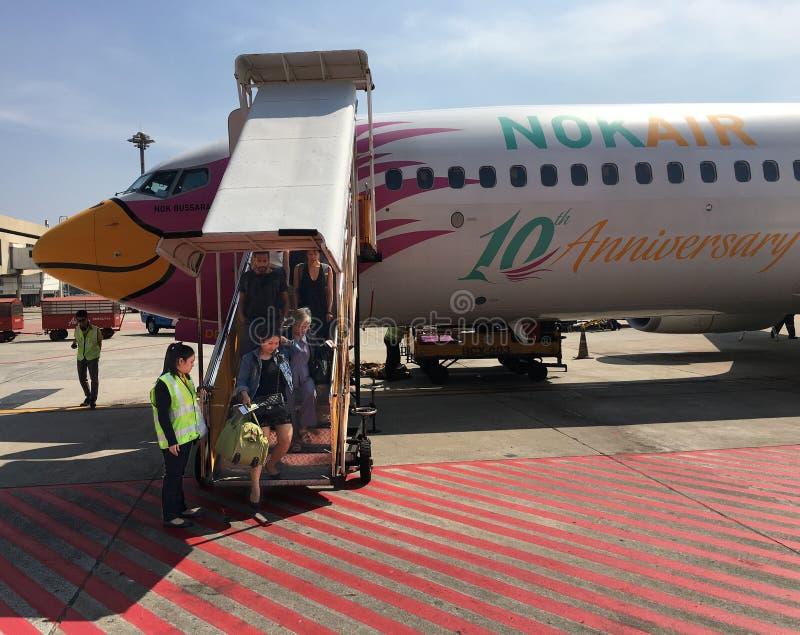 Los pasajeros del aire consiguen del avión de aire de la NOK en Bangkok imagenes de archivo