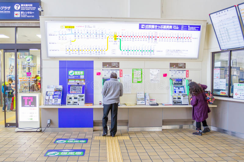 Los pasajeros están comprando boletos de las máquinas expendedoras imagen de archivo