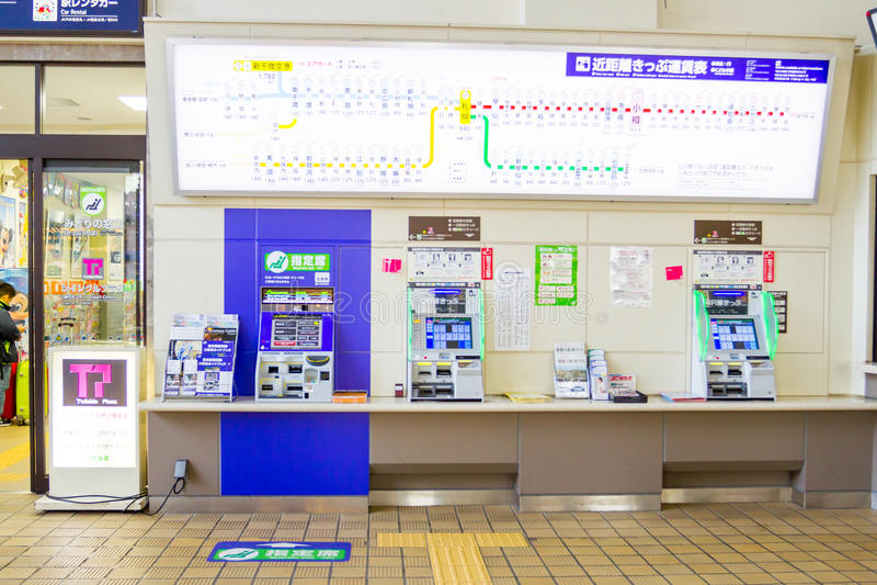 Los pasajeros están comprando boletos de las máquinas expendedoras imagenes de archivo